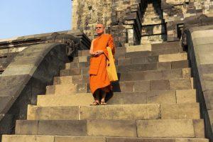 12S- Monaco Buddista al Borobudur